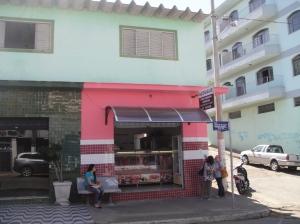 Os dois moços pegos com a moto roubado mudaram desta casa em cima do çougue para o Hotel dJuquimah!