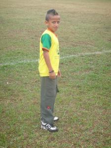 No intervalo deste jogo, este garotinho esmerilhava uma pelta com amiguinhos num dos gols. O nome dele é Erick – Guarde este nome. Aos 11 anos o garotinho da Escolinha do Bugalu toca fácil e com estilo na pelota. Não se surpreenda se aos 22 ele estiver envergando uma 'amarelinha'.