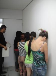 As cinco garotas - que curiosamente ja conheciam o repórter policial! - não quiseram posar para os leitores!