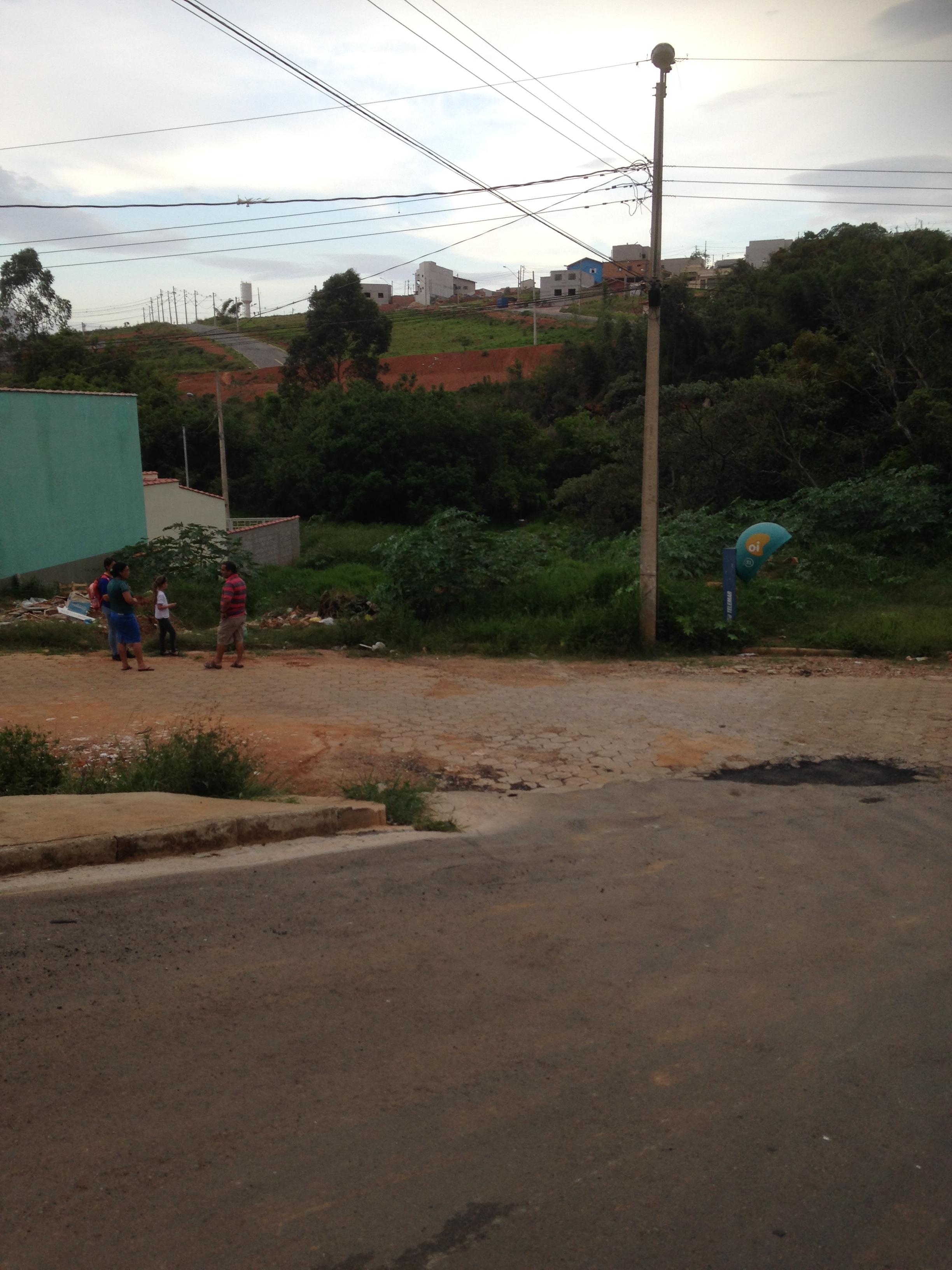 Esta rua no Colina deveria estra ligada àquela outra no Morumbi... Se a pobre prefeitura de Pouso Alegre tivesse dinheiro para isso! Foi nesta passagm que dona F. encontrou-se com tarado às quatro da tarde...