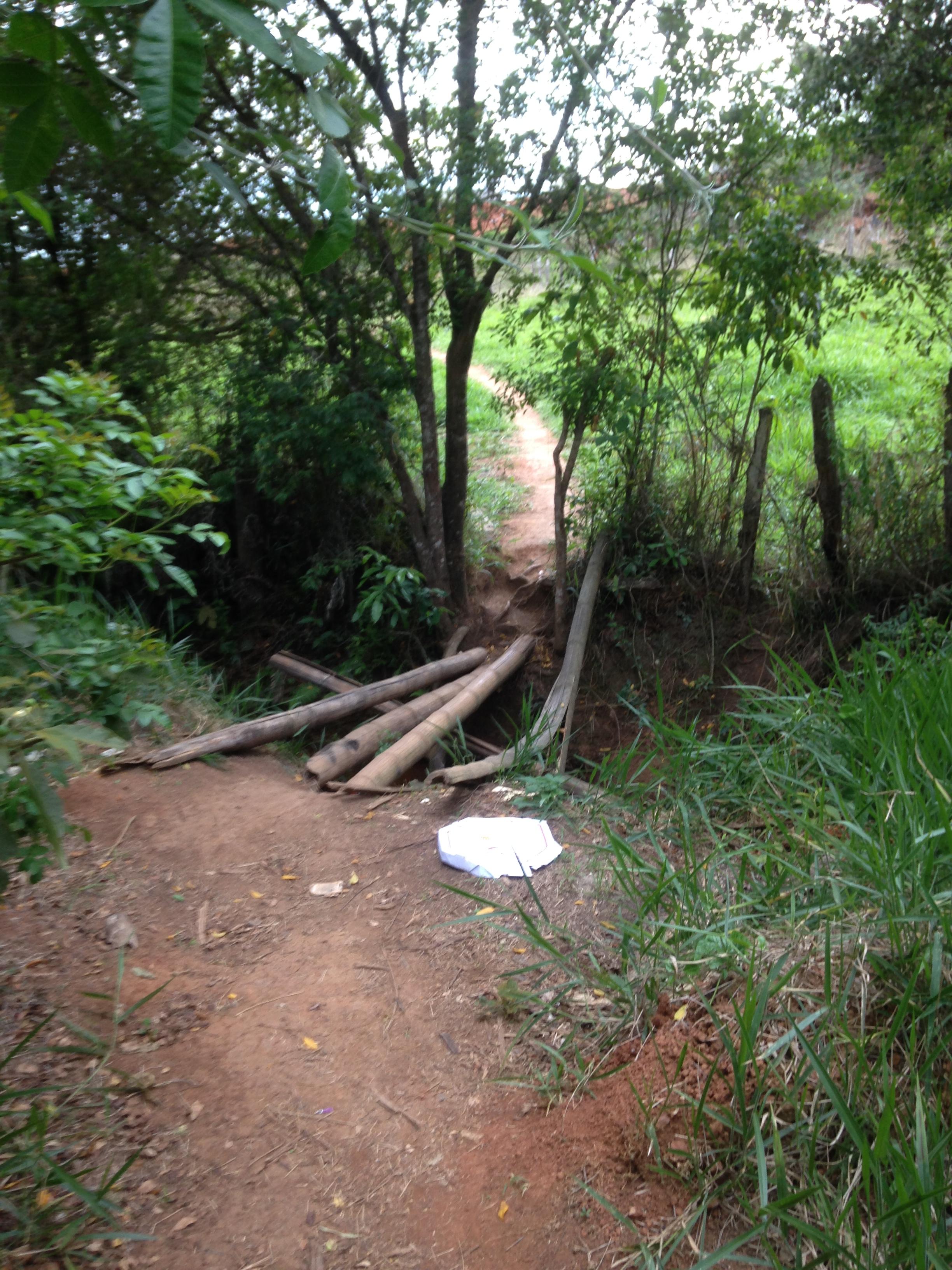 Mais abaixo, apenas uma pinguela de bambu liga os dois bairros distante menos de cem metros...!