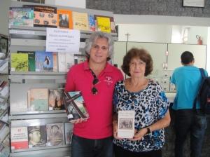 "Airton Chips e seu ""Meninos..."" e Maristela Saponara Correa, Secretaria da Academia Pousoalegrense de Letras e autora do livro ""Teatro Municipal de Pouso Alegre""."
