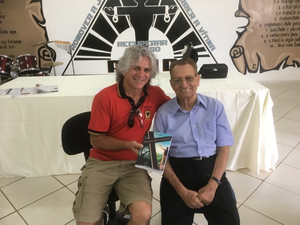 Mario Otoboni, 'tutor' de tantos 'meninos', recebendo o exemplar do livro